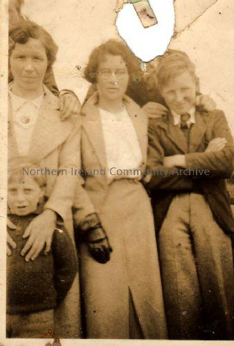 Robert McIntyre, Hessie Moore and Fanny Watton (wife of Jack and mother of Willie etc.) (5474)